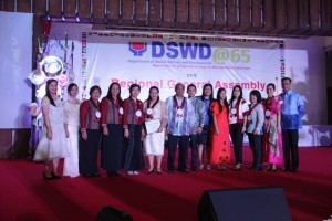 HR Unit of DSWD led by Dir. Janet Armas and ARD Francis Khayad (in the middle) received the recognition from CSC headed by Atty. Marlyn Taldo